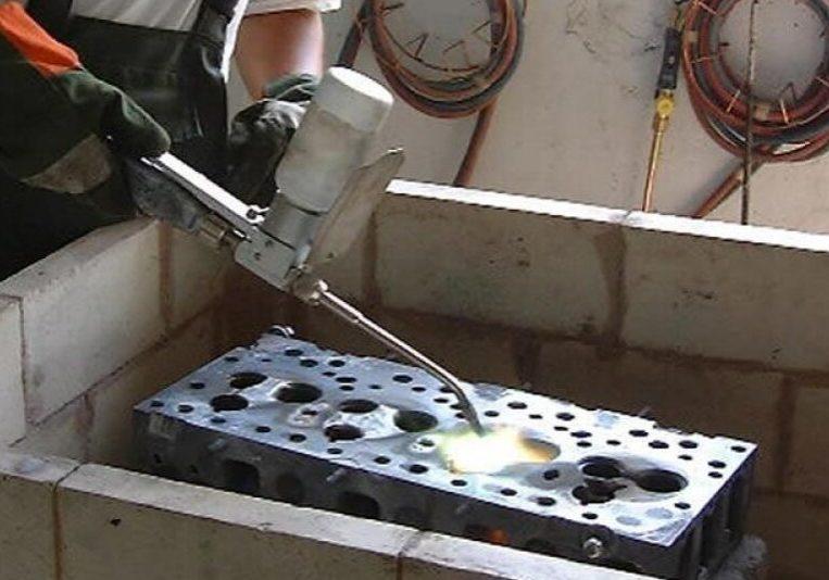 Difúzne zváranie práškom trhlín sediel na bloku motora